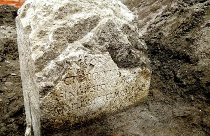 Archeologia, rinvenuto cippo epoca Claudio a piazza Augusto Imperatore