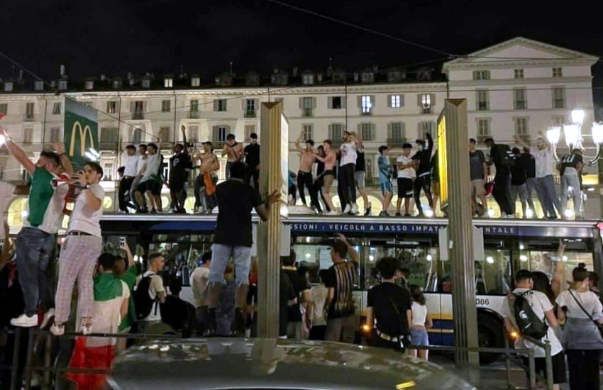 Torino in festa per gli azzurri: migliaia in piazza e gente sui tetti dei bus