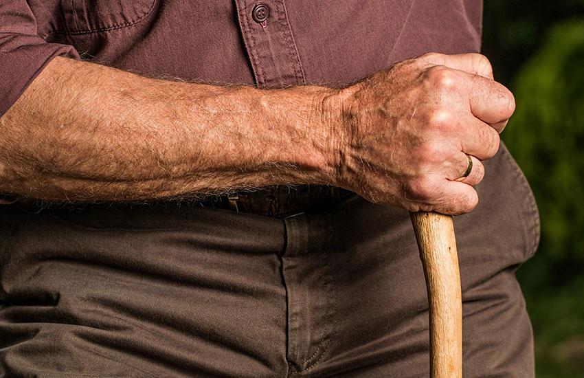 Grottaminarda, i carabinieri fermano un 60enne già noto che andava in giro con 2 mazze
