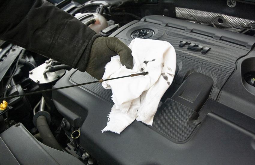Come scegliere l'olio motore più adatto alla tua auto: ecco alcuni consigli utili