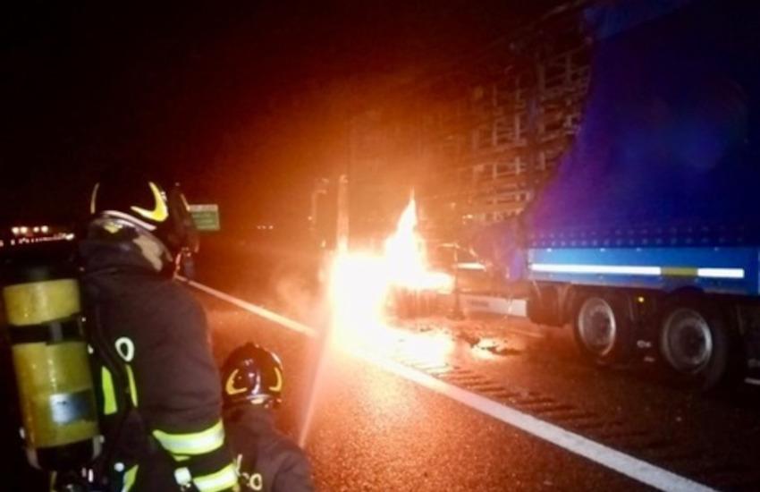 Tir in fiamme sulla A4: traffico bloccato tra Rondissone e Borgo d'Ale