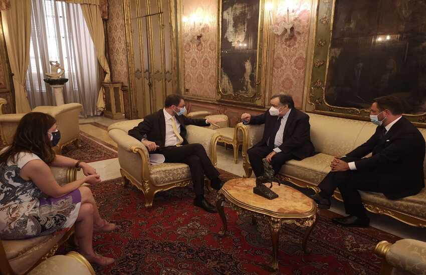 """Palermo – Ministro Patuanelli: """"Serve maggiore coordinamento tra chi gestisce gli incendi"""""""