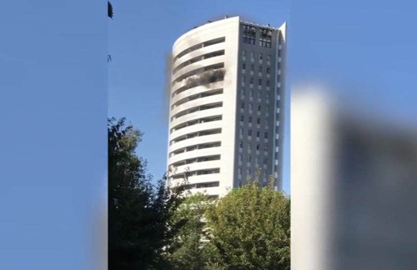 Milano: Principio rogo al Grattacielo, prima il fumo poi le fiamme (Video)