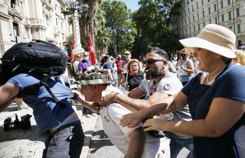 Green pass: Giornalista aggredito, Viminale 'Ok manifestazioni, no violenza'