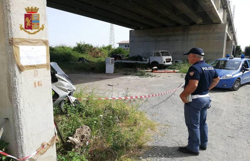 Barcellona Pozzo di Gotto: Polizia sequestra un'area, di proprietà di Rete Ferroviaria Italiana, occupata abusivamente come deposito e ricovero di animali