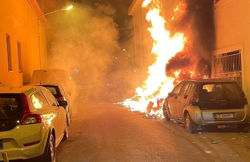 Palermo – Danneggiate 4 auto e un appartamento in incendio di rifiuti