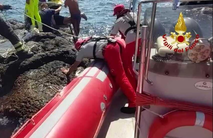 Capomulini, ansia per il sacerdote della chiesa di S. Vito, soccorso in mare