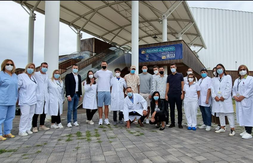 Al Pala Expo di Marghera vaccinazioni ad accesso libero: gli atleti del Venezia Calcio a sostegno della campagna