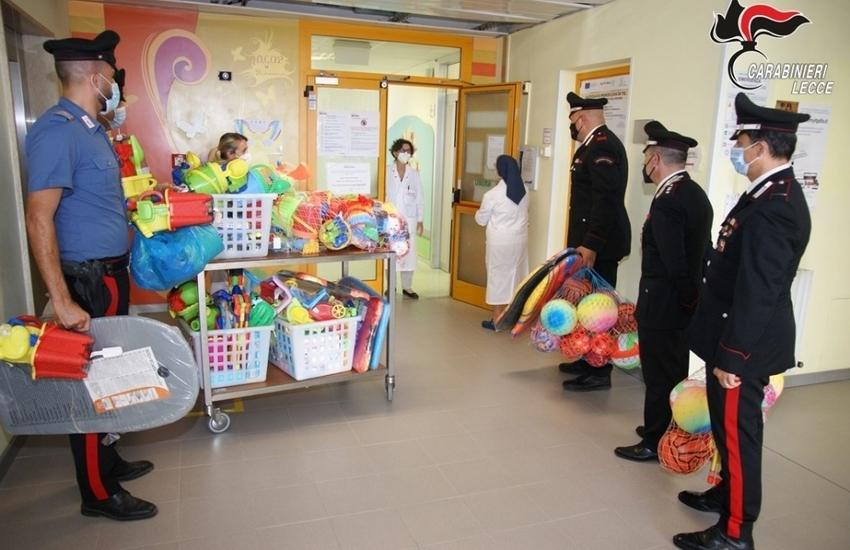 Il gesto dei Carabinieri. Donati ai bambini di onco-ematologia i giochi sequestrati in riva al mare