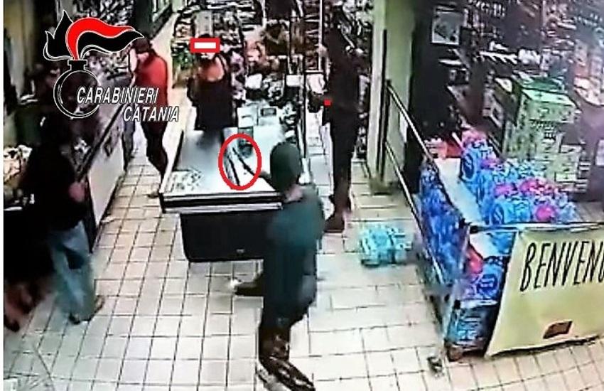 Paternò, rapina un supermercato, catturato in casa con il malloppo