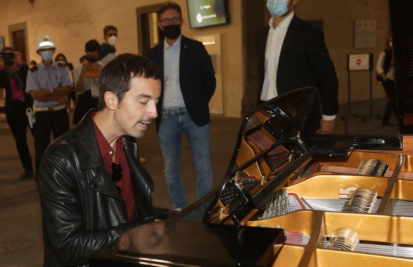 """""""Libero"""", il pianoforte della rinascita, inaugurato a Palazzo Vecchio dal cantante Diodato"""