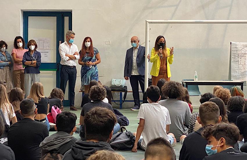 Il sindaco Ferrari e l'assessore Cresci in visita alle scuole