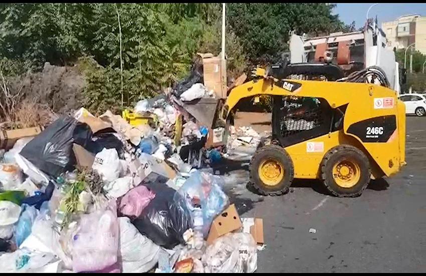 Catania: col Bobcat fra le montagne di rifiuti, ma non basta (VIDEO)