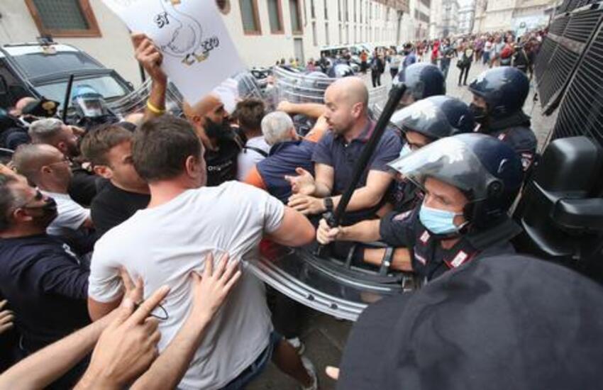 Milano: Corteo no green pass, tensione tra Polizia e manifestanti