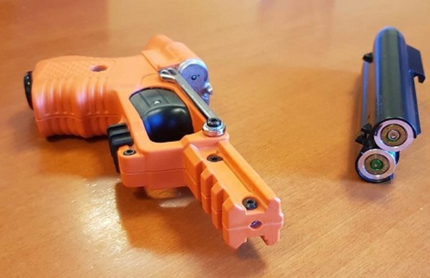 Lite in strada con rapina: spara in faccia con pistola a peperoncino liquido (mentre un altro, con un cavatappi…)