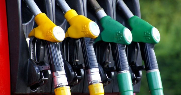 Aumenta ancora la benzina: 1,670 euro al litro, non accadeva dal 2014