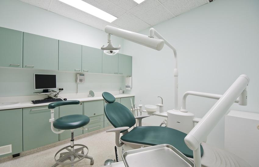Non avevano mai conseguito la laurea: 6 falsi dentisti denunciati tra Napoli e provincia, increduli i pazienti