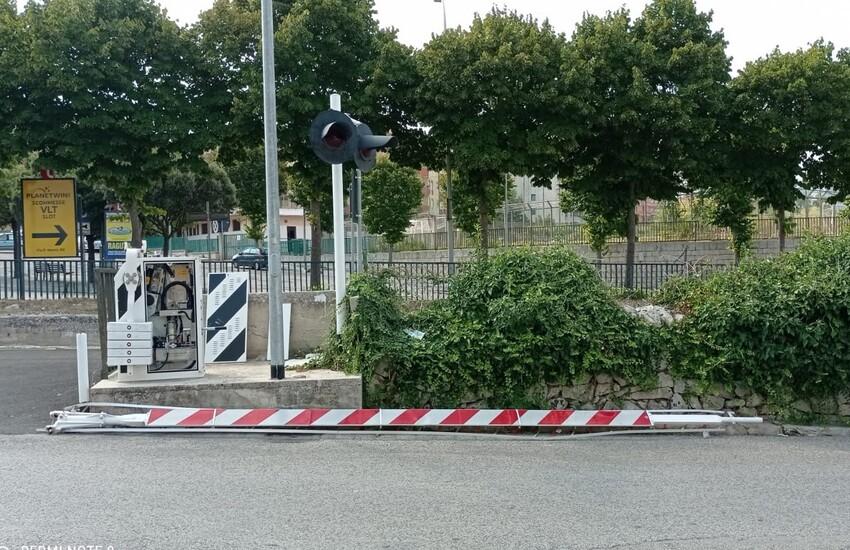 Ragusa: finisce con l'auto contro la sbarra del passaggio a livello di via Pestum e scappa