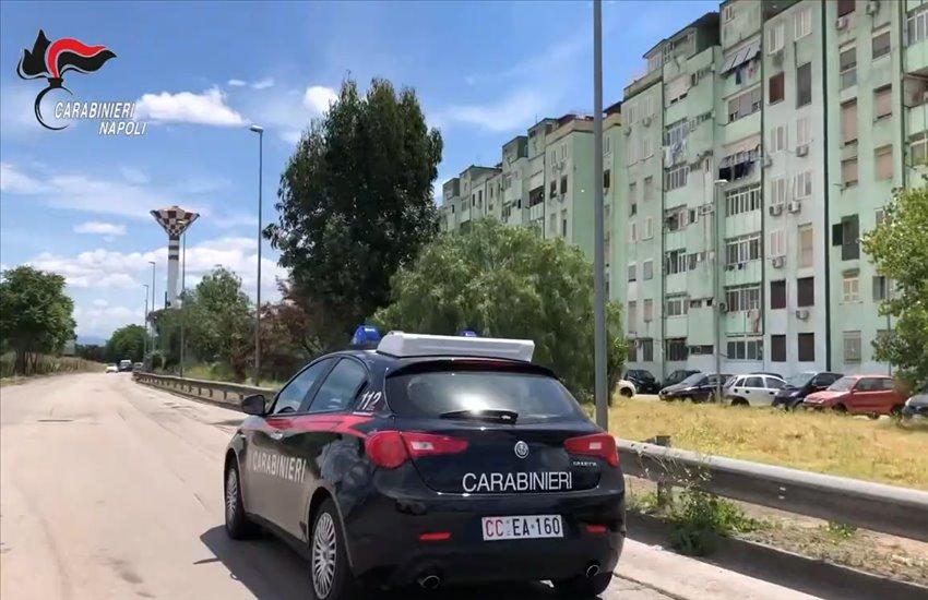 """Vasta operazione anti-droga a Caivano: smantellata una fiorente attività, residenti """"perquisiti"""" prima di poter rientrare a casa (VIDEO)"""
