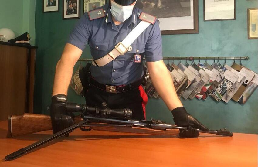 Zagarolo, minaccia di morte  i clienti di un bar, poi aggredisce i carabinieri mentre sequestrano le armi