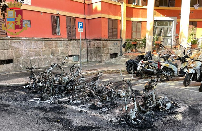 (Video) Garbatella, 3 piromani incendiano 2 auto, 15 scooter e 3 cassonetti