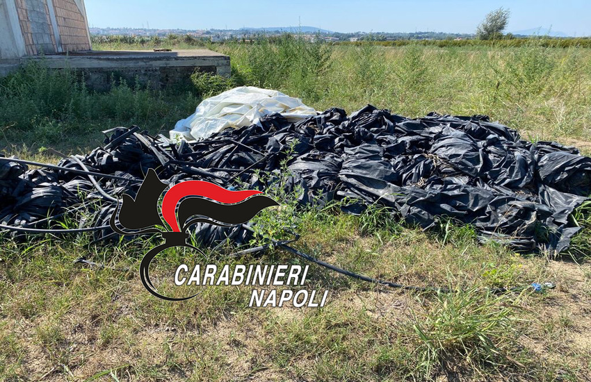 Fumo nero da un fondo agricolo di Qualiano, carabinieri sorprendono un uomo ad incendiare plastica