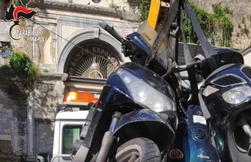 Operazione decoro urbano ai Quartieri Spagnoli: rimossi 26 scooter e 4 auto abbandonate in strada (VIDEO)