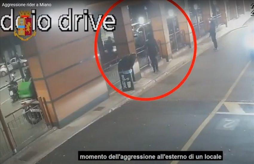 """Guerra dei rider a Miano: aggredito e accoltellato perché aveva """"invaso"""" la sua zona (VIDEO)"""