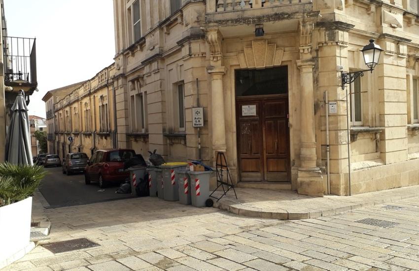 """La sporcizia a Ibla proprio sotto le finestre dell'asilo G.B. Marini. Comibleo non ci sta: """"Circostanza altamente diseducativa"""""""