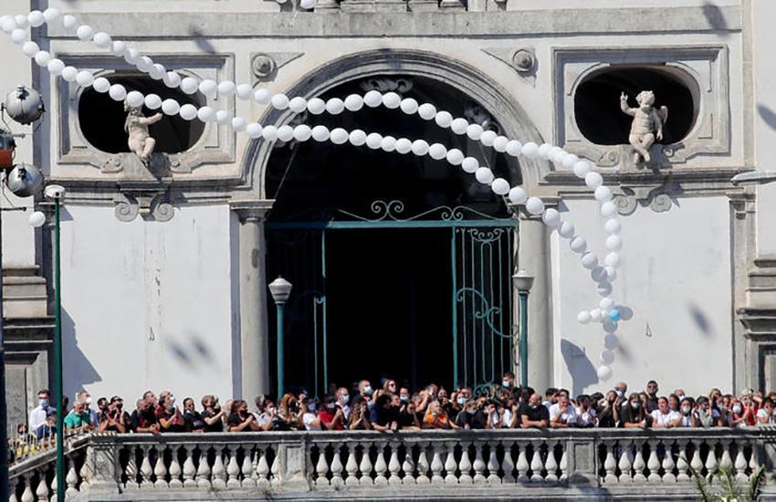 """Samuele """"Un angelo speciale"""" così il vescovo di Napoli, in lacrime, ricorda il bimbo di 4 anni, morto tragicamente"""