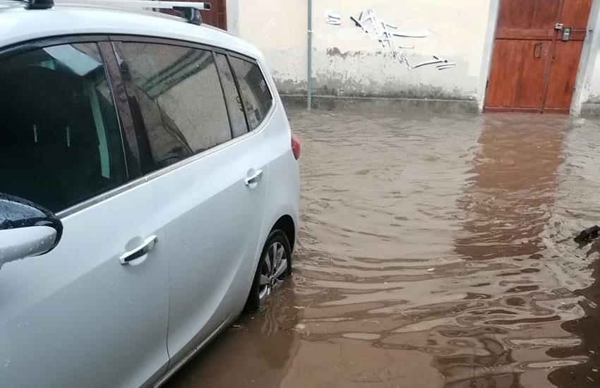 Caserta invasa da acqua, vento e grandine. Cittadini bloccati nelle strade allagate