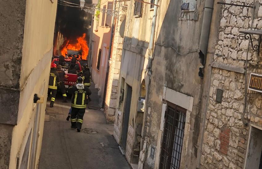 Sezze, fiamme in centro. Auto a fuoco