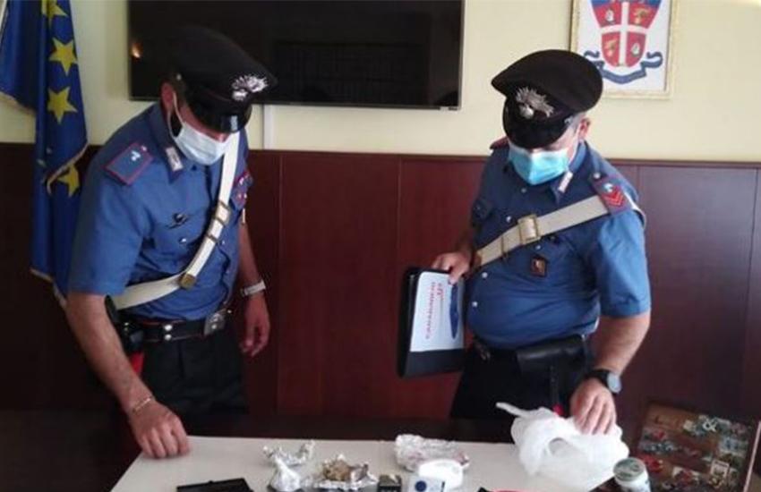 Taranto, via vai di tossicodipendenti da un appartamento: in arresto 2 persone