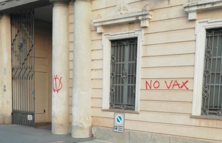 Cuneo, atti vandalici in 4 cimiteri: scritte no vax sui muri