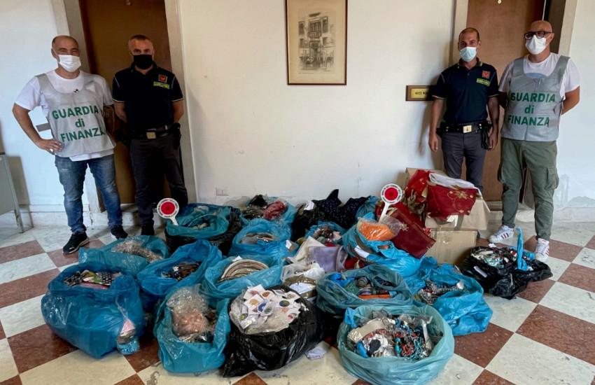 Chioggia, scoperto deposito di venditori abusivi. Sequestrati 43.000 articoli e accessori