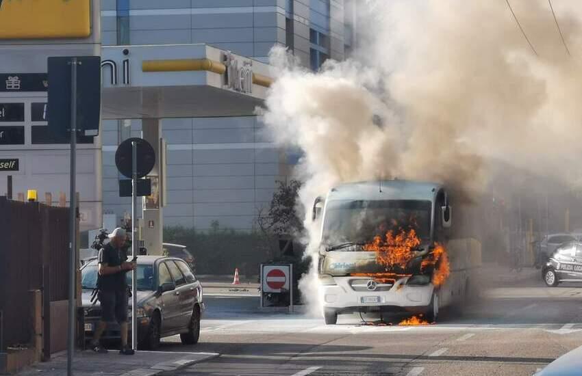 Ancora fiamme nel Salento, paura sulla circonvallazione. A fuoco pulmino di un'agenzia di viaggi
