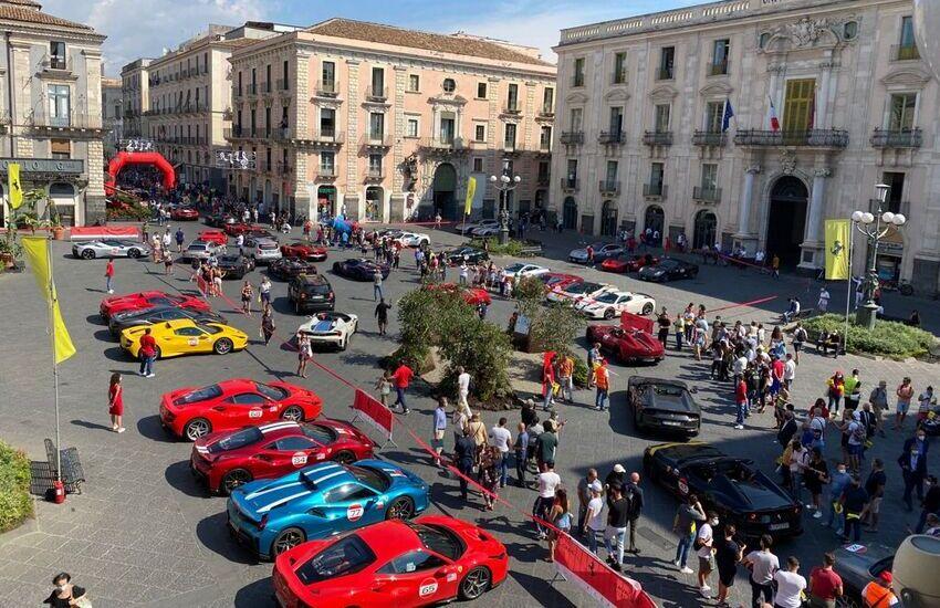 Il Rosso Ferrari arriva a Catania, John Elkann ricevuto da Pogliese