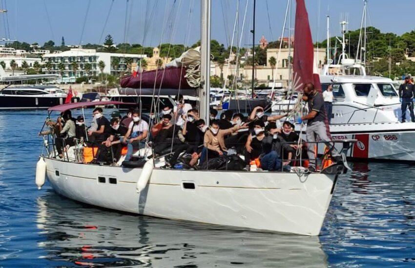 Ancora uno sbarco nel Salento. Veliero intercettato al largo, arrivano in 52 a Leuca