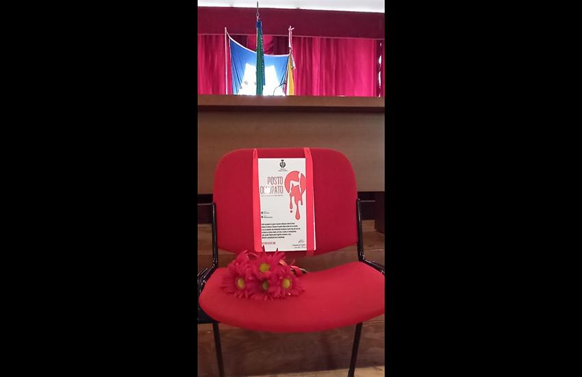 Femminicidio: una sedia rossa nel Consiglio comunale di Gravina di Catania