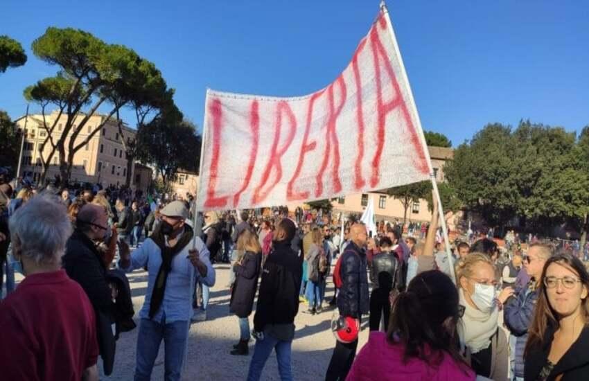"""Ancora manifestazioni """"No Green Pass"""" a Roma, al Circo Massimo anche Montesano"""