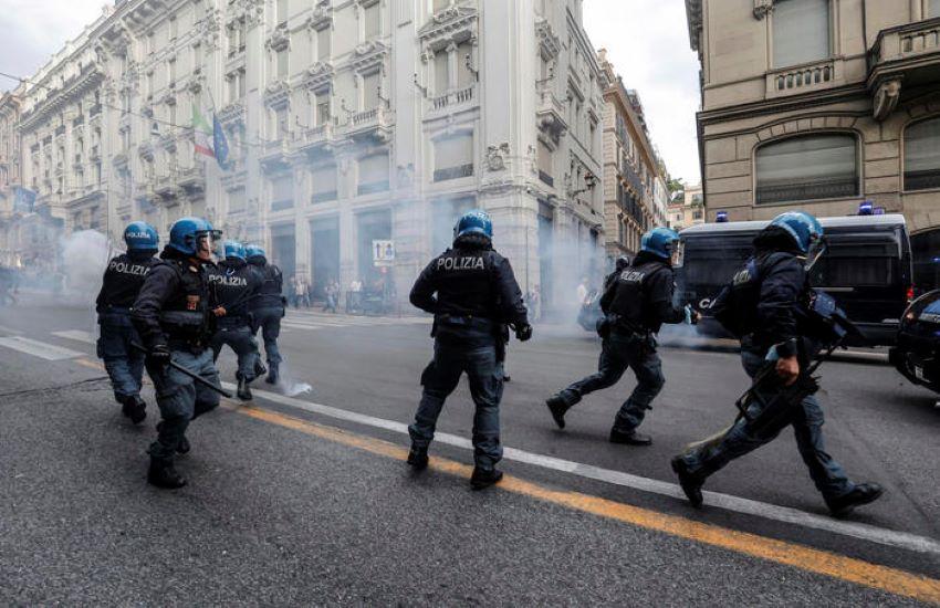 """Roma, poliziotto in borghese si consegna alle autorità per aver picchiato un manifestante """"No green pass"""""""