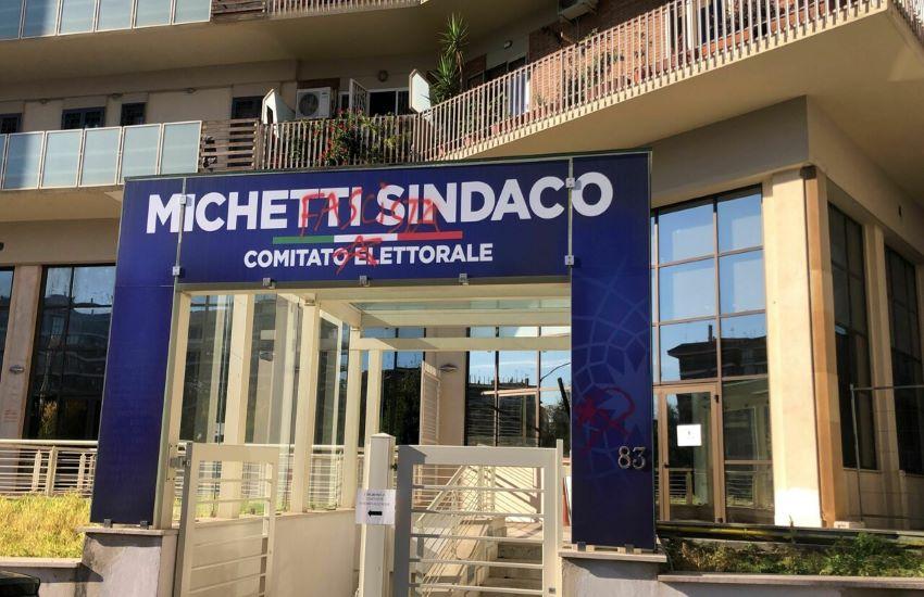 """Vandalizzato il comitato elettorale di Michetti: """"Fascista, ricordati di piazzale  Loreto"""""""