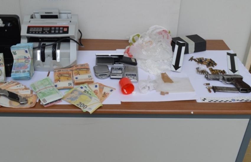 Droga e un'arma clandestina in un'abitazione. Arrestati in due