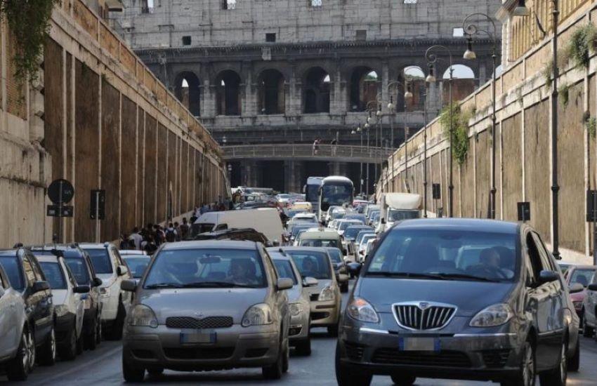 Lunedì nero a Roma: manifestazioni, sciopero e pioggia. Traffico in tilt